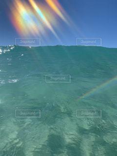 波の中の虹の写真・画像素材[2509003]