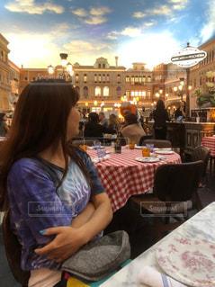 レストランのテーブルに座っている人の写真・画像素材[2186493]