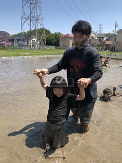 空,屋外,楽しい,田んぼ,農家,夏日,泥遊び,泥だらけ,父娘,田植え前,土の感触