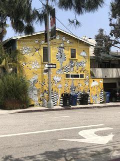 ベニスビーチ近く壁に素敵な絵が描かれた黄色いお宅の写真・画像素材[2229868]
