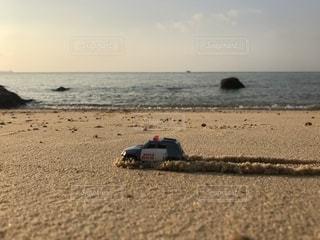 砂浜を走る車の写真・画像素材[2067500]