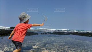 誰もいない海でおもいっきり砂遊びを楽しんでいますの写真・画像素材[2105004]