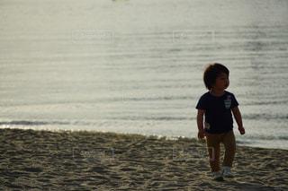 ビーチに立っている少年の写真・画像素材[1181339]