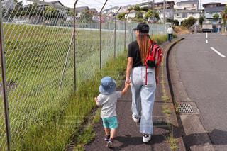 公園,後ろ姿,子供,女の子,走る,背中,小学生,遊び,休日,若い,3歳,半袖,もうすぐ夏
