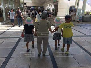 歩道を歩く人々のグループの写真・画像素材[2441901]
