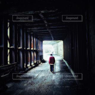 後ろ姿,男,背中,トンネル,廃墟,後ろ,非日常