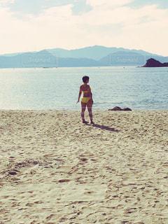 海,夏,後ろ姿,砂浜,水着,黄色,リゾート,フォトコンテスト,後ろ姿フォト