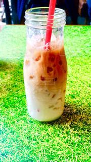 草,グラス,グラデーション,牛乳瓶,映え,ミルクティー色,赤のストロー