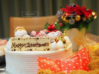 テーブルに飾られたケーキのアップの写真・画像素材[1910998]