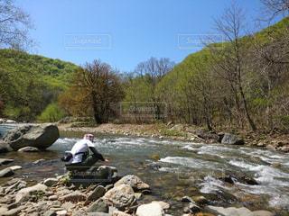 川があったら触りたいの写真・画像素材[2232547]