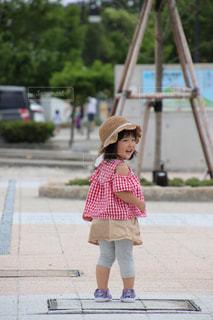 歩道に立っている小さな女の子の写真・画像素材[3413492]
