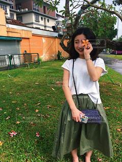携帯電話で話している若い女の子の写真・画像素材[2111670]