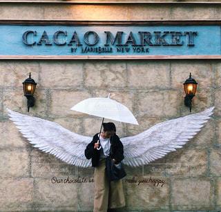 雨,傘,屋外,京都,白,水,アート,人物,壁,人,可愛い,羽,雫,街中,お洒落,雨の日,ウォールアート,フォトジェニック,フォトスポット,京都カフェ,インスタ映え