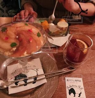 食べ物を食べるテーブルに座っている人の写真・画像素材[2259215]