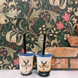 テーブルの上の花瓶の絵の写真・画像素材[2259232]