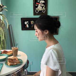ケーキの前に立っている女性の写真・画像素材[2259318]