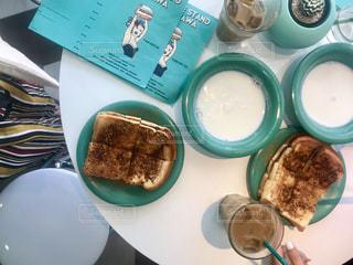 テーブルの上の食べ物のボウルの写真・画像素材[2259323]