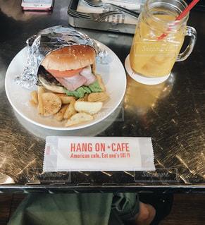 テーブルの上に座っているサンドイッチの写真・画像素材[2259351]