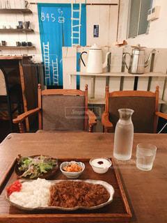 食べ物の皿を持つダイニングテーブルの写真・画像素材[2259360]
