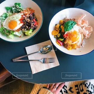 テーブルの上の食べ物の皿の写真・画像素材[2259379]