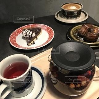 皿の食べ物とコーヒー1杯の写真・画像素材[2259382]
