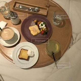 テーブルの上の食べ物の皿の写真・画像素材[2259394]