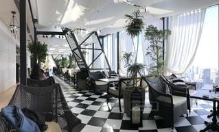 家具と大きな窓で満たされたリビングルームの写真・画像素材[2259399]