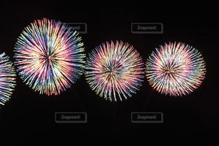 コスモクロック21を背景に空の花火のグループの写真・画像素材[2344782]