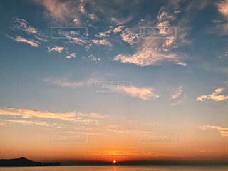水の体の上の夕日の写真・画像素材[2344816]