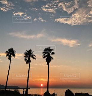 水の体の上の夕日の写真・画像素材[2344822]