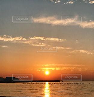 水の体の上の夕日の写真・画像素材[2344827]