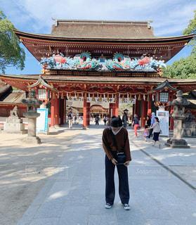 浅宗寺の隣の通りを歩く男の写真・画像素材[2834707]