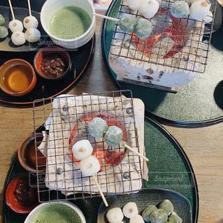 テーブルの上に食べ物のボウルの写真・画像素材[2979974]
