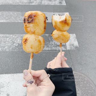 アイスクリームコーンを持つ手の写真・画像素材[2979971]