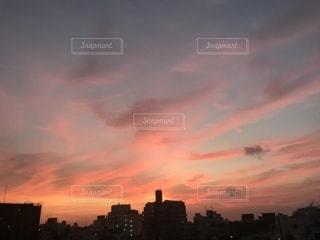 日没時の街の眺めの写真・画像素材[2420474]