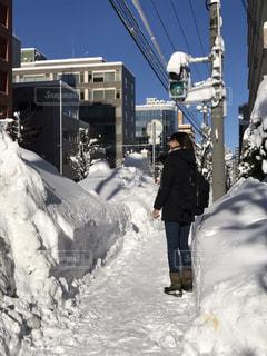 雪の中に立っている人の写真・画像素材[2821088]