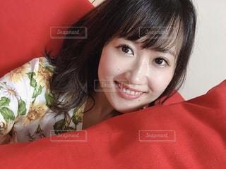 部屋で微笑む彼女の写真・画像素材[2267848]