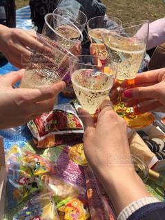 公園,春,芝生,カラフル,晴れ,ピクニック,お菓子,グラス,乾杯,代々木公園,休日,野外,ドリンク,女子会,6人,手元,スパークリングワイン,日中,レジャーシート,手作りお弁当