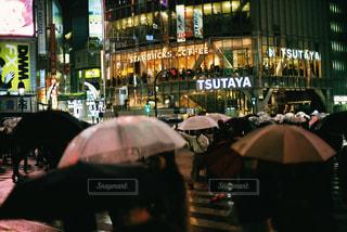 忙しい街の通りを歩いて人々 のグループの写真・画像素材[709721]