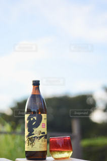 ワインとビール、テーブルの上のガラスのボトルの写真・画像素材[1444395]