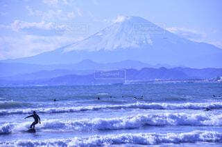 波にのれた男の瞬間の写真・画像素材[4433075]