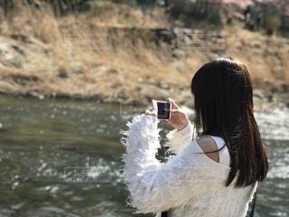 川辺のわたしの写真・画像素材[2504689]