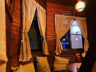 カフェ,屋内,木,部屋,窓,カーテン,暗い,ライト,レトロ,落ち着いた,椅子,机,お店,ランプ,クッション,家具,cafe,喫茶店,木目,雰囲気,いきつけ,インテリア デザイン