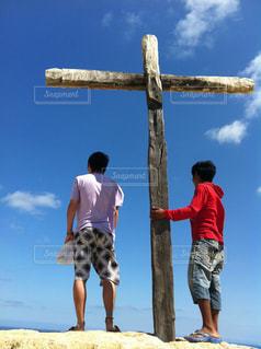 男性,20代,空,屋外,海外,青空,後ろ姿,男,人物,十字架,背中,人,外国,外人,二人,若者,冒険,探検,友情,友達,ペルー,南米,外国人,目印,うしろ,墓標