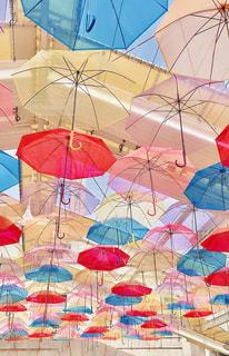 風景,空,建物,傘,屋外,カラフル,晴れ,青空,デッキ,鮮やか,たくさん,梅雨,カラー,ビニール傘,アンブレラ,インスタ映え,アンブレラスカイ