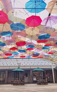 風景,空,建物,傘,屋外,カラフル,晴れ,青空,デッキ,鮮やか,たくさん,梅雨,カラー,整列,ビニール傘,アンブレラ,インスタ映え,アンブレラスカイ