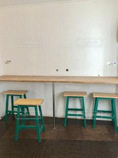 壁に向かって座るカウンターの写真・画像素材[2229781]