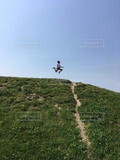 空,屋外,草原,晴れ,ジャンプ,山,景色,草,丘,新緑,ハイキング,日中,山腹