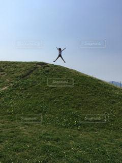 空,屋外,草原,晴れ,青空,ジャンプ,山,景色,草,丘,新緑,ハイキング,日中,山腹