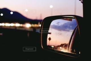 鏡越しの夕焼けの写真・画像素材[2646838]